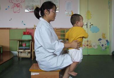郑州脑瘫康复训练:脑瘫儿童的最佳抱姿
